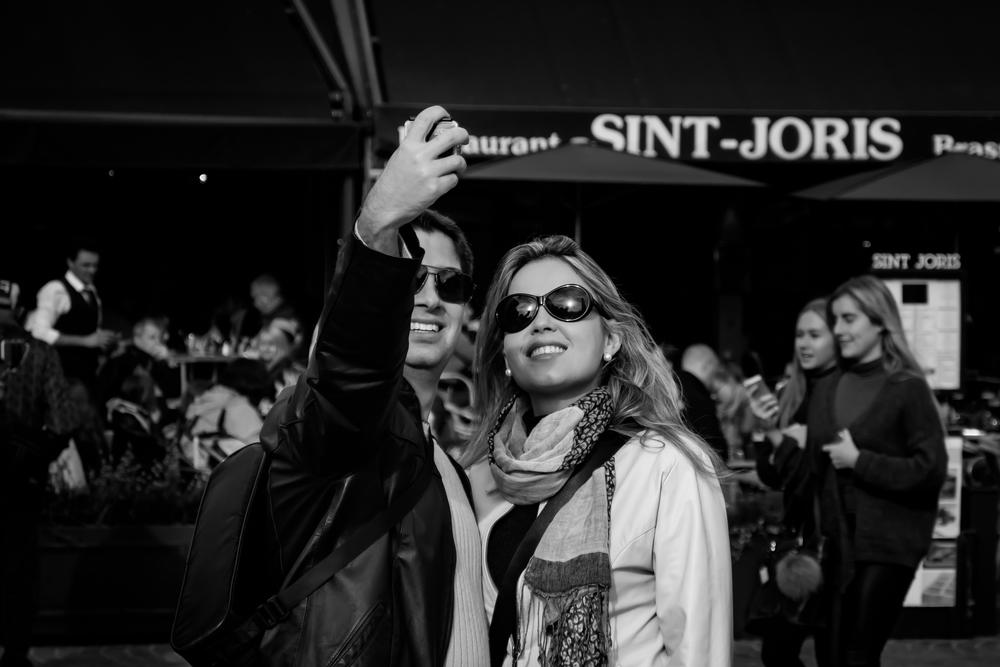 Viewfinder-Grote-Mart-Brugge-Belfort-selfie-jong-verliefd-koppel