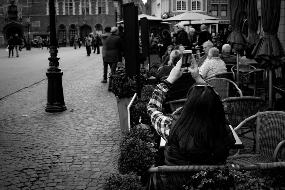 Viewfinder-straatfotografie-buurt-Belfort-Brugge-toerist-eet-neemt-foto