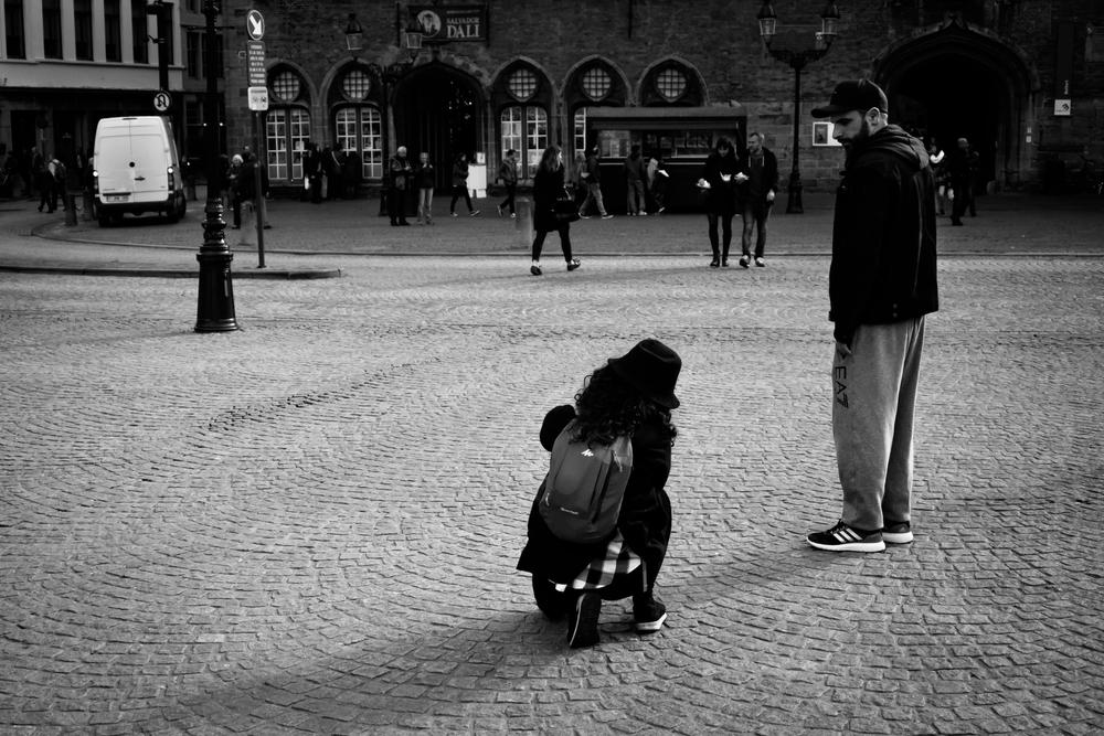 Viewfinder-straatfotografie-Belfort-Brugge-Grote-Markt-poseren-foto