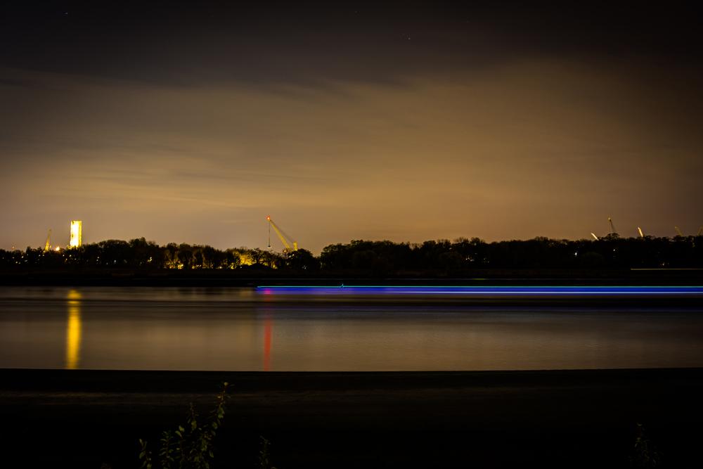 """Met nachtfotografie krijg je leuk lijnenspel van bewegende voorwerpen. In dit geval een loodsschip. Voor hij helemaal """"flatline"""" gaat, nog een kleine opflakkering. Wie ziet het?"""