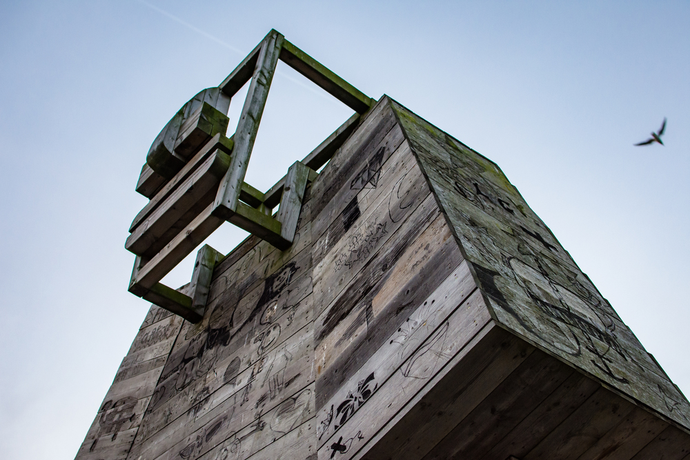 De CosmoGolem vanuit kikkerperspectief. De houten reus is een creatie van kunstenaar Koen Vanmechelen.