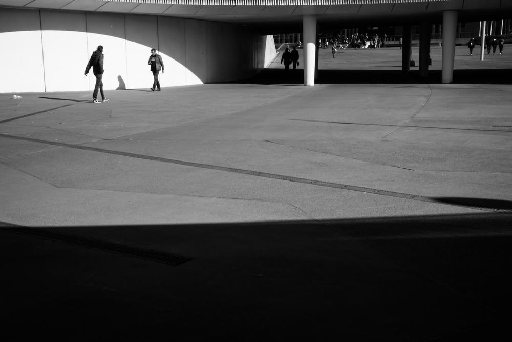 Nieuwe stationsplein in Brugge is een mooie locatie. Ik profiteer van het strijklicht van de zon.