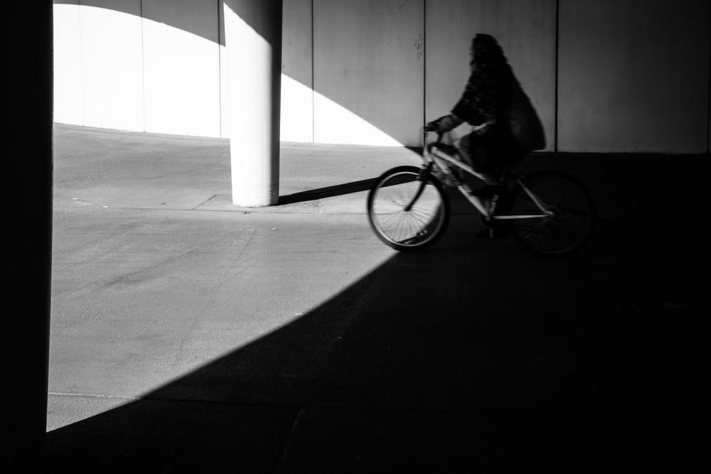 Onder één van de bruggen zie ik deze fietser in mijn ooghoek passeren. Ik kan nog net mijn sluitertijd wat langer zetten om wat beweging in de foto te brengen.