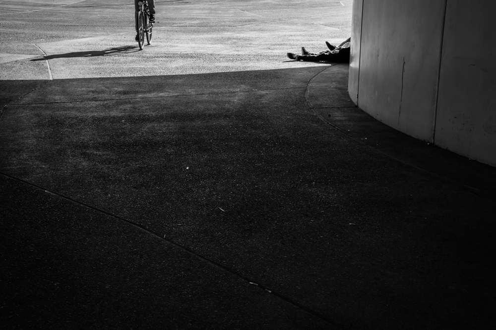 Enkele jongeren chillen in de zon aan het stationsplein in Brugge. Een van mijn laatste foto's op weg naar de auto. Ik keer om en zie een fietser naderen. Snel neem ik nog een foto.