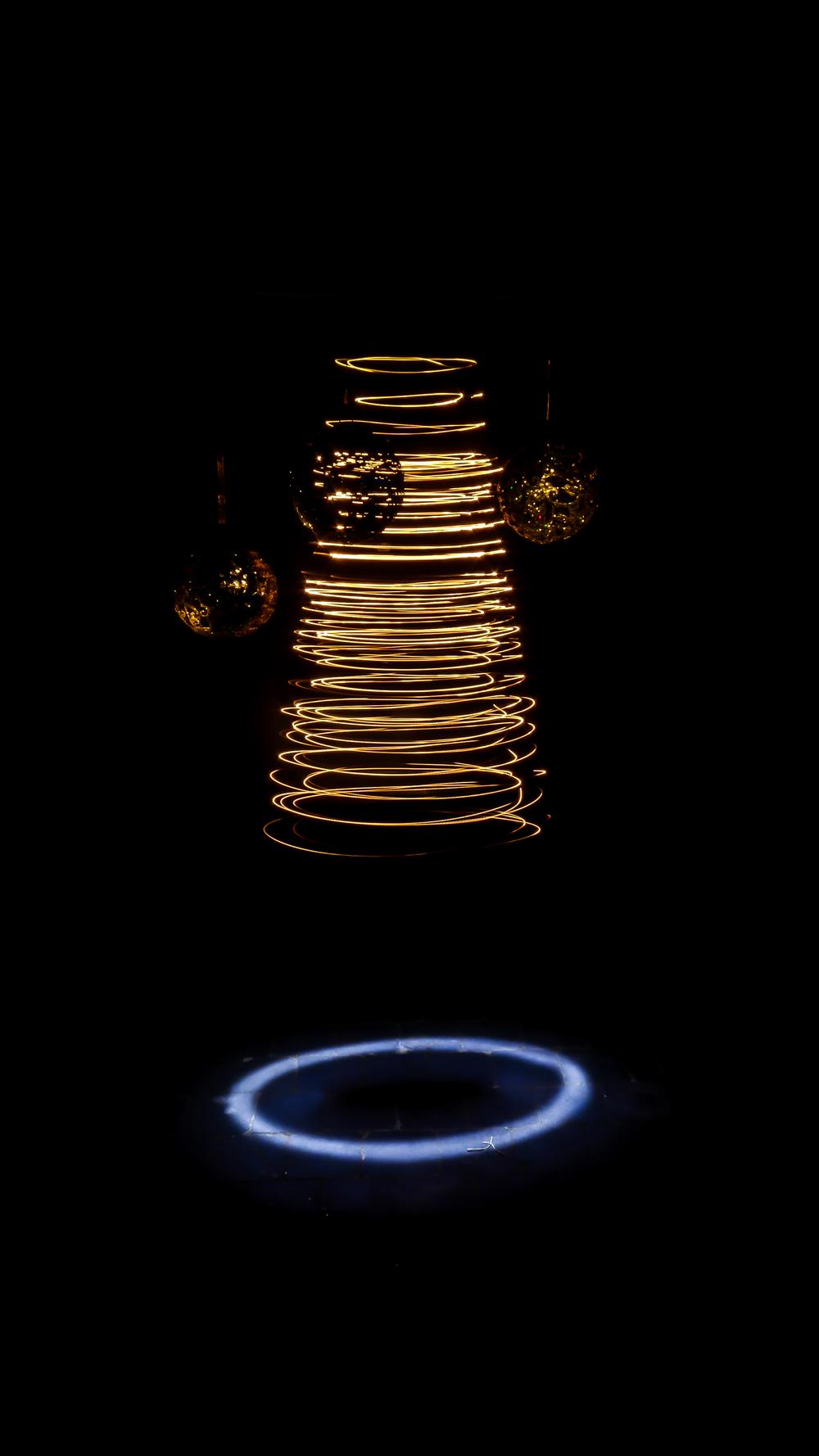 Hier hang ik een slinger van kerstverlichting aan het plafond. Samen met enkele kerstbollen. Geef een draai aan de slinger en je krijgt een fictieve kerstboom. Onderaan de slinger hang ik een pillicht. Dat zorgt voor een speciale toets aan de foto. Te gebruiken als originele kerstfoto?