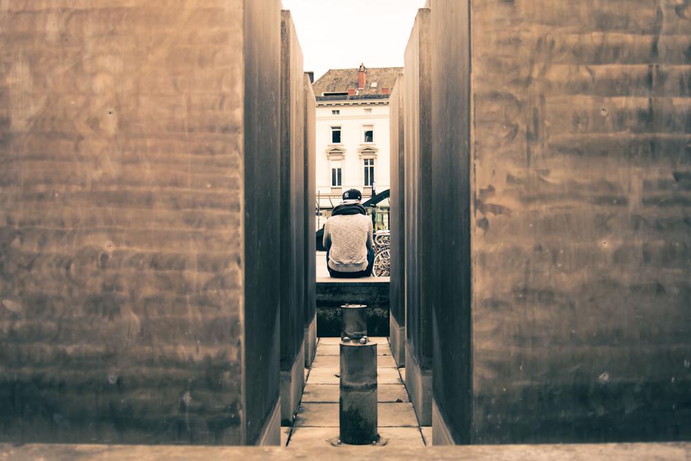 Deze student wacht op iemand of iets. Thema straatfotografie in Gent.
