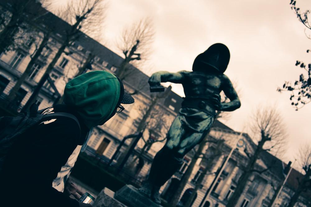 Richard kijkt vol bewondering naar de gladiator. Thema straatfotografie in Gent.