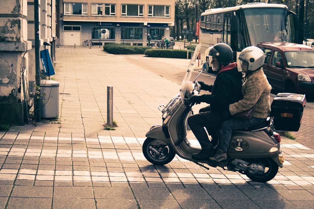 De cirkel is rond. Ik heb mijn Vespa. Thema straatfotografie in Gent.
