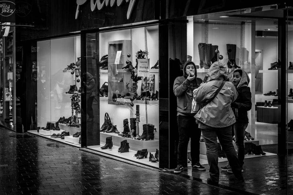 Straatfotografie in Leuven - moeilijk lachen en poseren als het beleg van je broodje glijdt