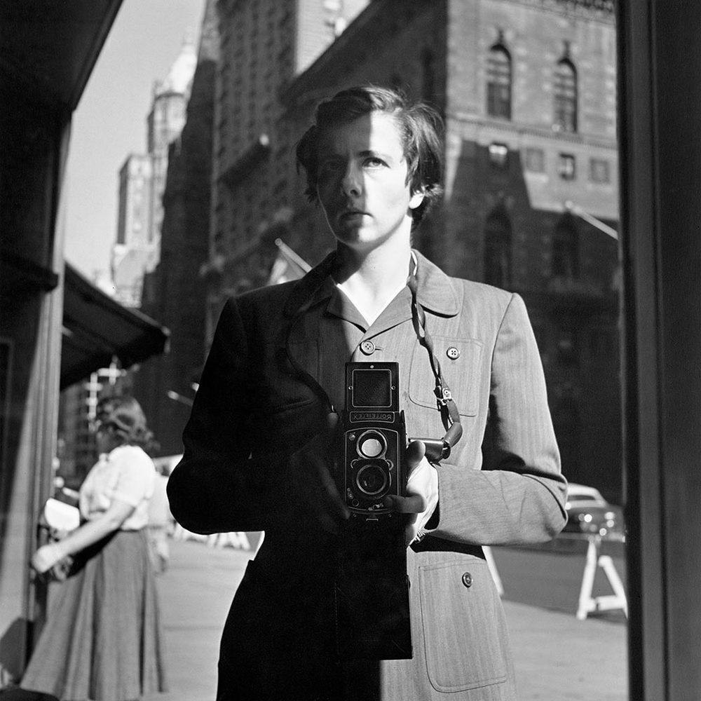 """Zelfportret van Vivian Maier, de myserieuze """"nanny"""" - grondlegster moderne straatfotografie"""