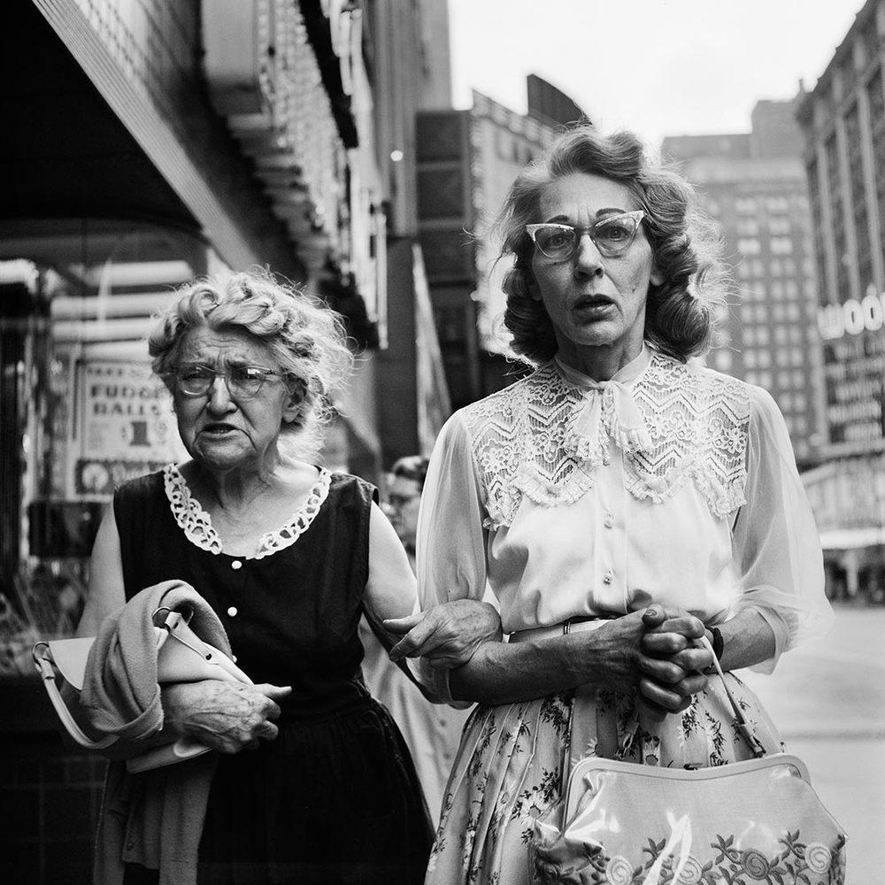Lijkt eenvoudige foto van twee dames op straat, tot je Vivian Maier's werk beter kent - grondlegster moderne straatfotografie
