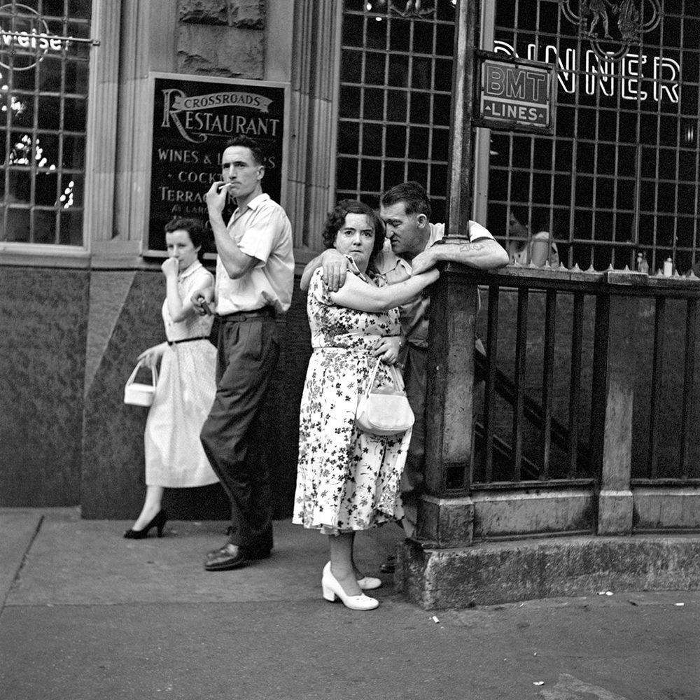 Verbaasd koppel aan de metro - wat was de bedoeling van Vivian Maier - grondlegster moderne straatfotografie