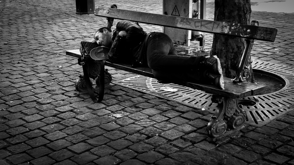 Viewfinder-looks-like-Viviane-Maier-man-sleeping-couch-slapende-man-bank-straatfotografie-Brussel-streetphotography-Brussels.jpg