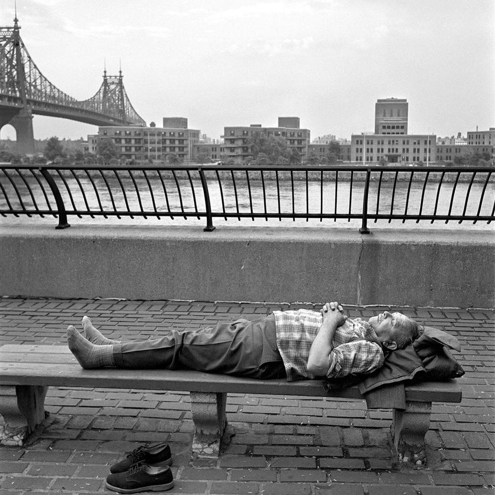vivian maier slapende man  op bank.jpg