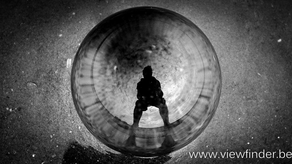 Viewfinder-looks-like-Viviane-Maier-cristal-ball-kristallen-bol-zee-strand-zelfportret-sef-portrait-black-white.jpg