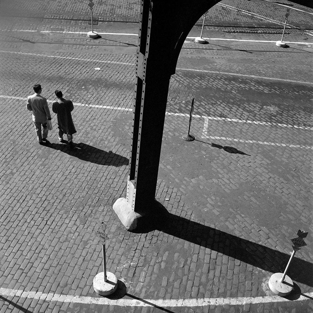vivian maier strijklicht mannen aan wachten aan station.jpg