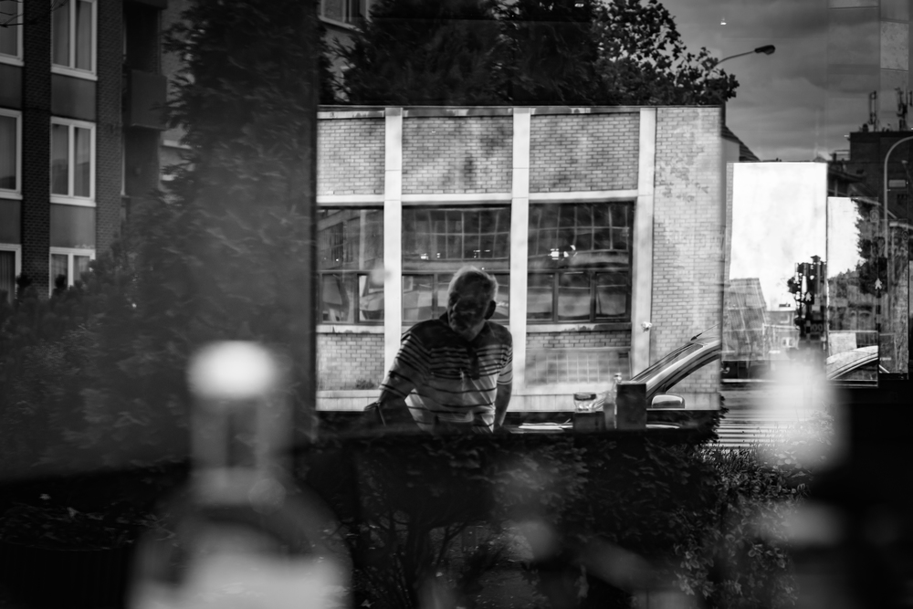 Viewfinder-straatfotografie-Boom-Rupelstreek-argwaan-vanuit-cafe