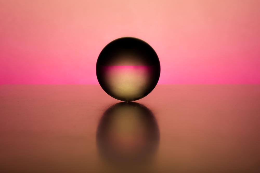 Zachte pastel kleuren om een magisch effect te krijgen met de kristallen bol - eigenzinnige fotografie