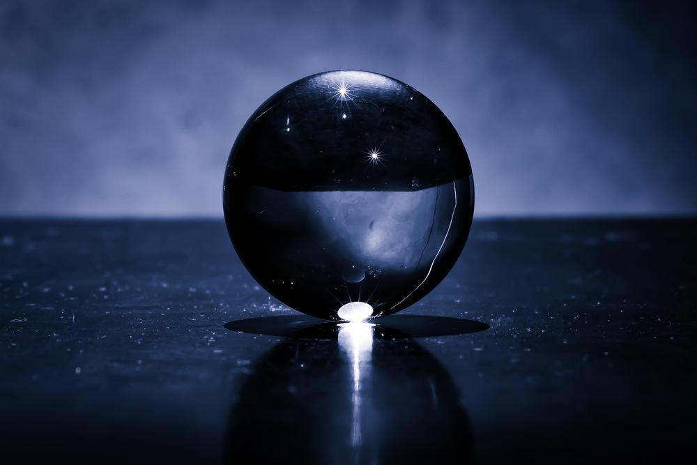Viewfinder-kristallen-bol-eigenzinnige-fotografie-maanlandschap-heelal-detail