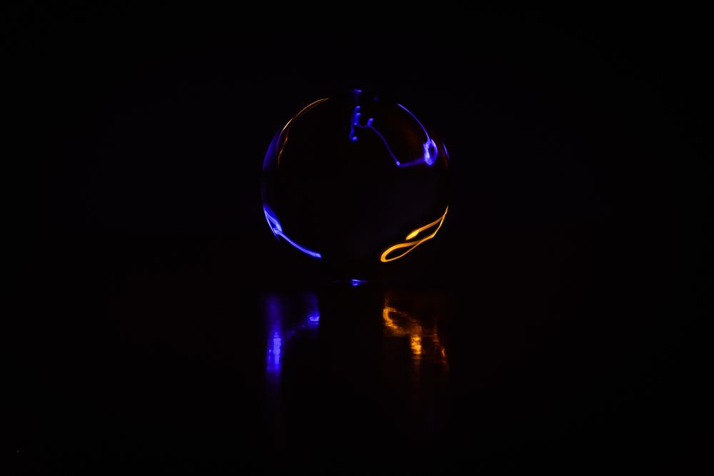 Vanuit een spaceshuttel zou dit een beeld kunnen zijn van een ongekende planeet - eigenzinnige fotografie - lightpainting en kristallen bol