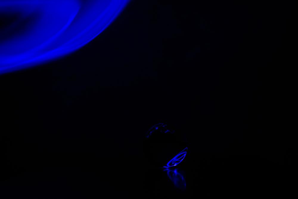 Vanuit het raam van jouw spaceshuttle zie je dit. Kosmische vibes! Eigenzinnigie fotografie en lightpainting met een kristallen bol.
