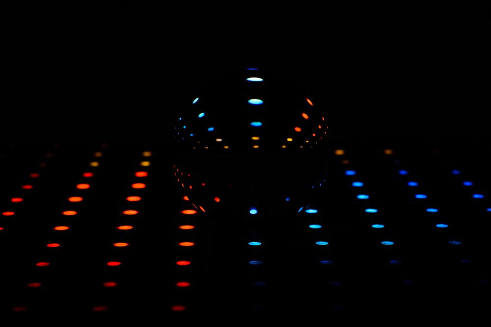 Staying alive - Bee Gees - kristallen bol brengt disco in eigenzinnige fotografie
