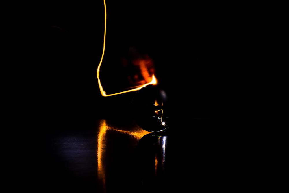 Viewfinder-spel-vuur-kristallen-bol-geheimzinnig-eigenzinnigie-fotografie-hand-lucifer-pillicht