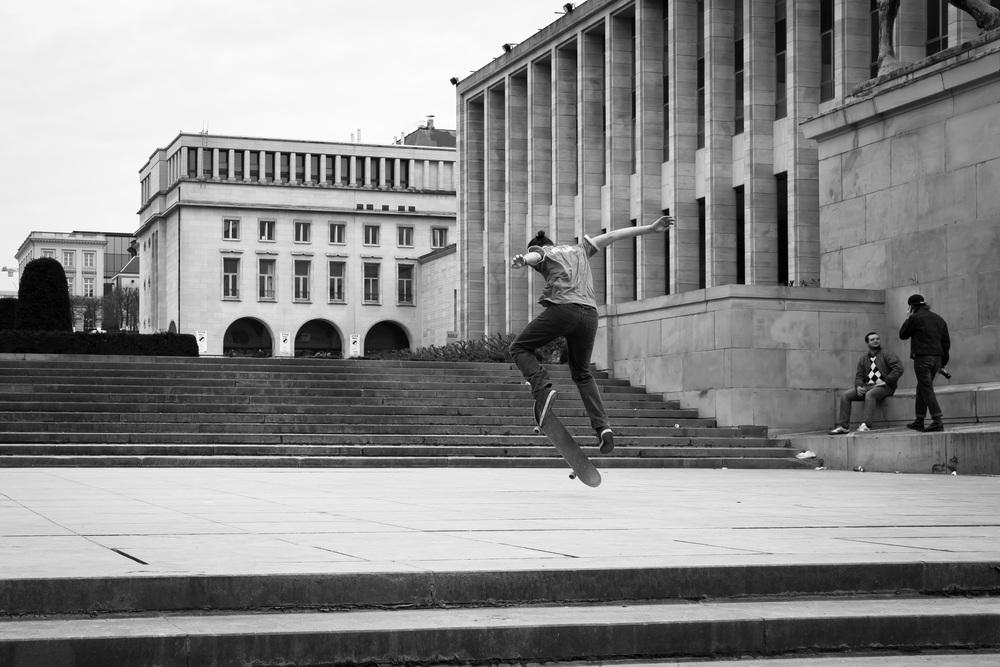Jongens skaten in Brussel aan Mont des Art 3