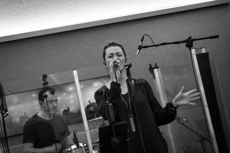 Tina, zangeres bij Uncle Phil verrast je als dé rappende funky stadstroubadour uit Ruisbroek! Een engeltje met een geweldige stem.