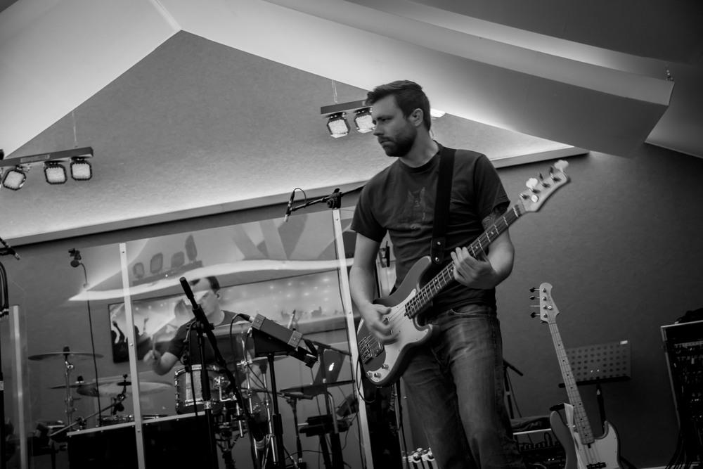 Het is geen lolletje om de bassist van Uncle Phil, Dries, te fotograferen als hij speelt. Hij beweegt heel de tijd en leeft zich volledig in in zijn muziek.