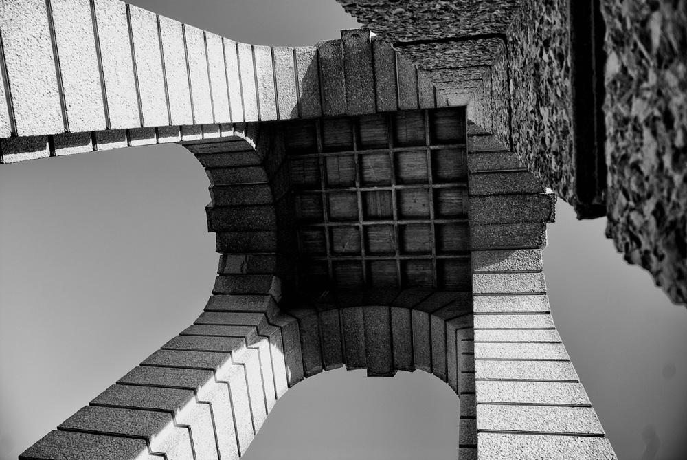Watertoren vanuit kikvorsperspectief bekeken. De wereld van onderen bekijken en fotograferen is mooie start voor eigenzinnige fotografie.