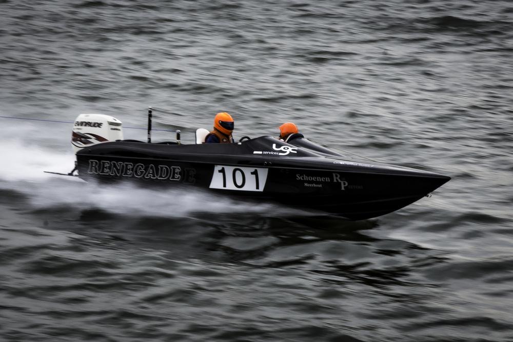 """Zo """"afvallig"""" leek deze speedboot niet te zijn op het Belgisch kampioenschap waterskiën...! Indrukwekkend."""