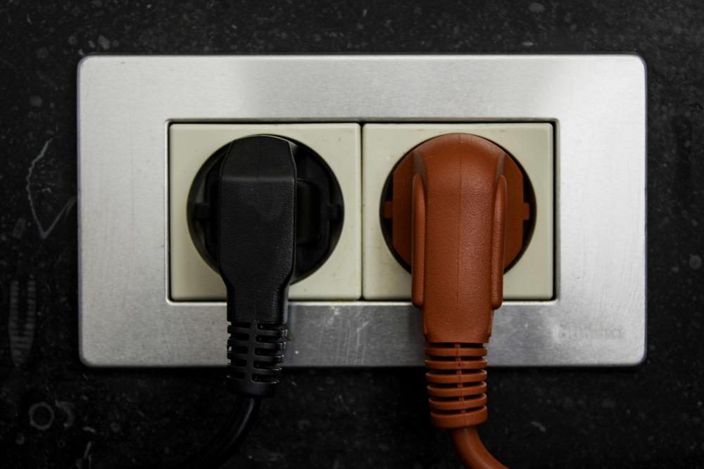 Rood in de keuken aan het stopcontact.