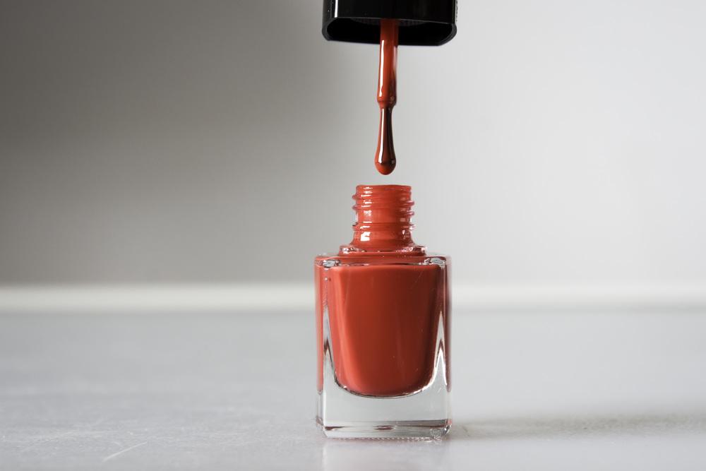 Tienerdochters hebben ook voordelen. Ze hebben rode nagellak in huis.