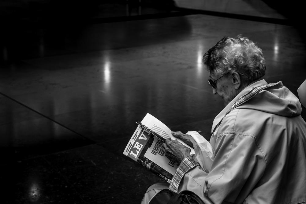 Viewfinder--straatfotografie-station-gare-guillemins-luik-mensen-oma-leest