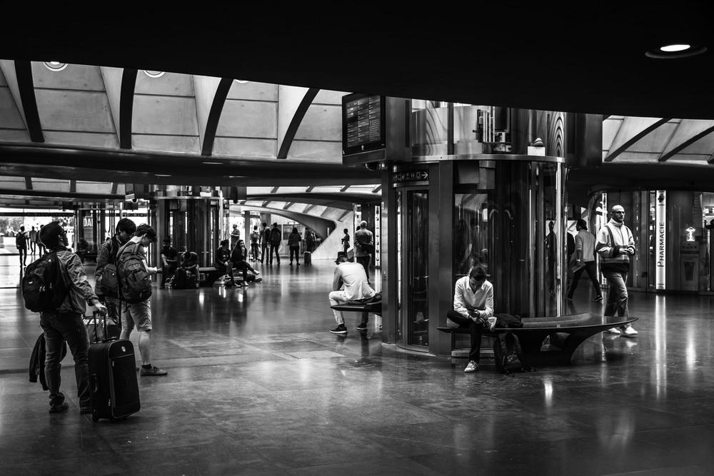 Viewfinder--straatfotografie-station-gare-guillemins-luik-mensen-jongen