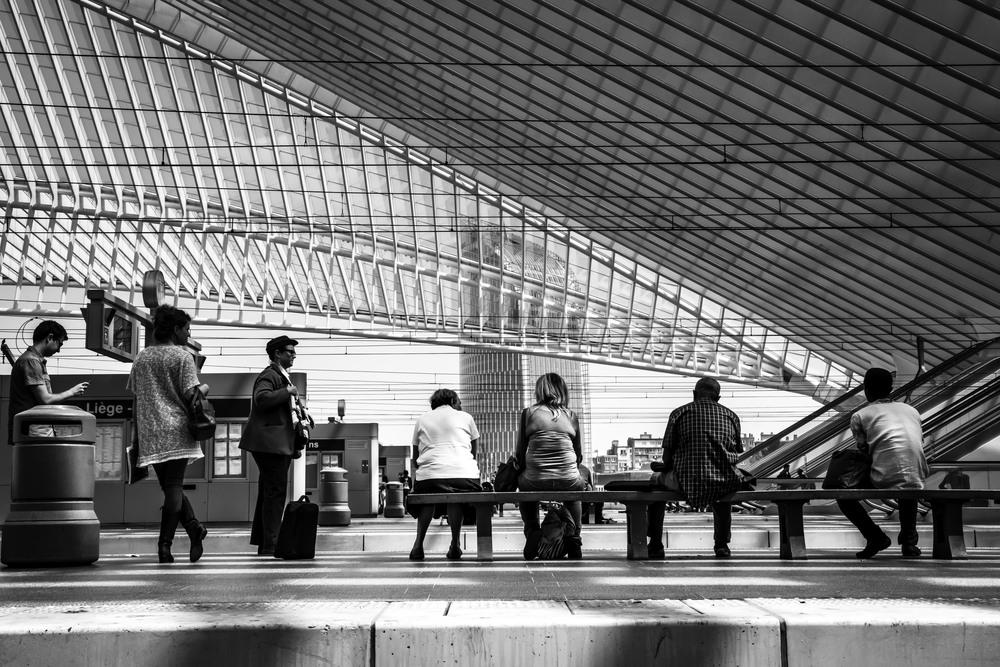 Viewfinder--straatfotografie-station-gare-guillemins-luik-mensen-op-een-rij