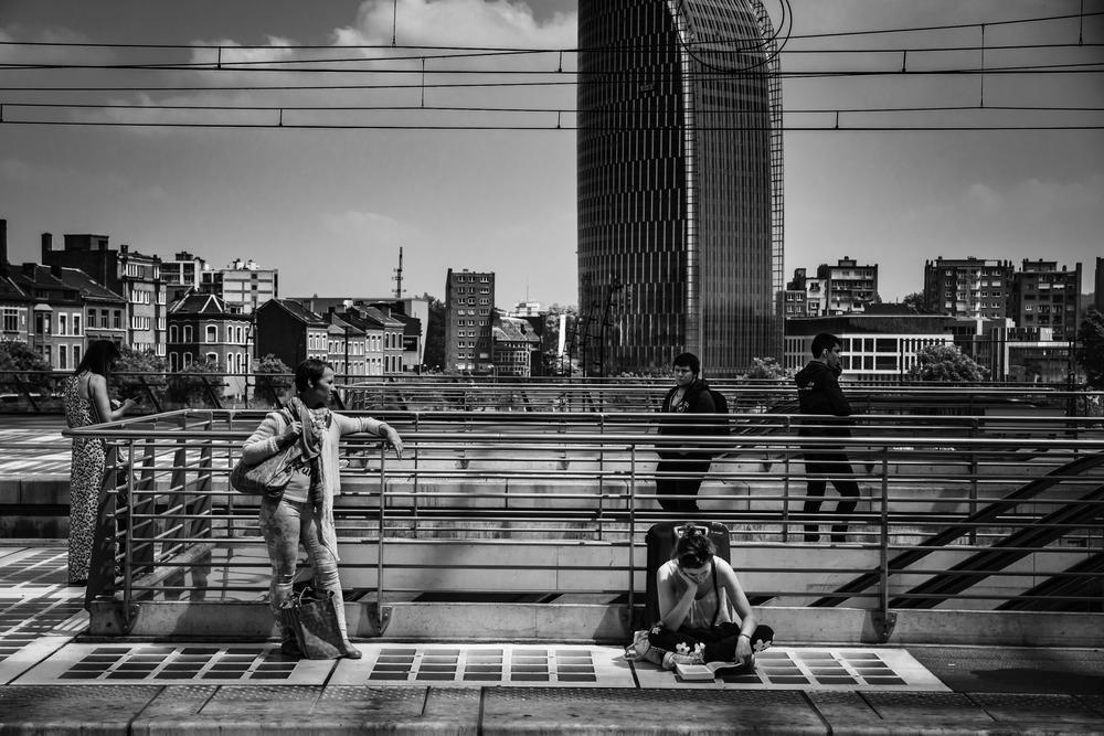 Viewfinder--straatfotografie-station-gare-guillemins-luik-mensen-meisje-leest-boek