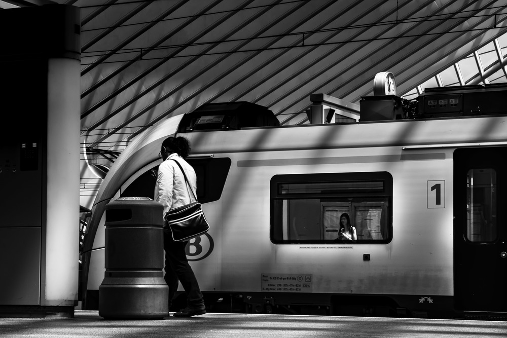 Viewfinder--straatfotografie-station-gare-guillemins-luik-mensen-weerspiegeling