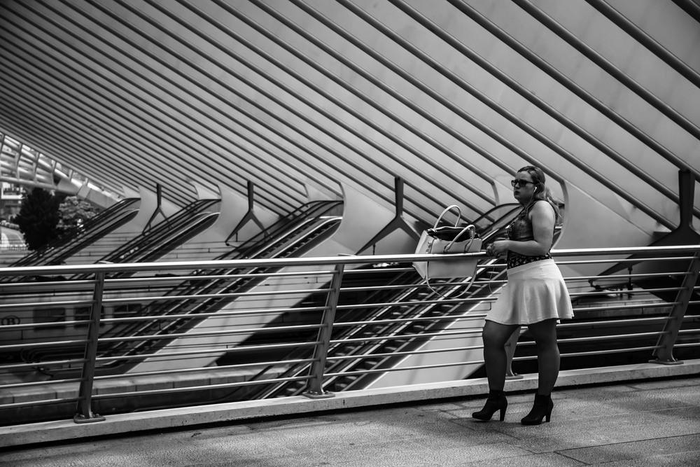 Viewfinder--straatfotografie-station-gare-guillemins-luik-mensen-straatfotografie-meisje-wacht-op-haar-geliefde
