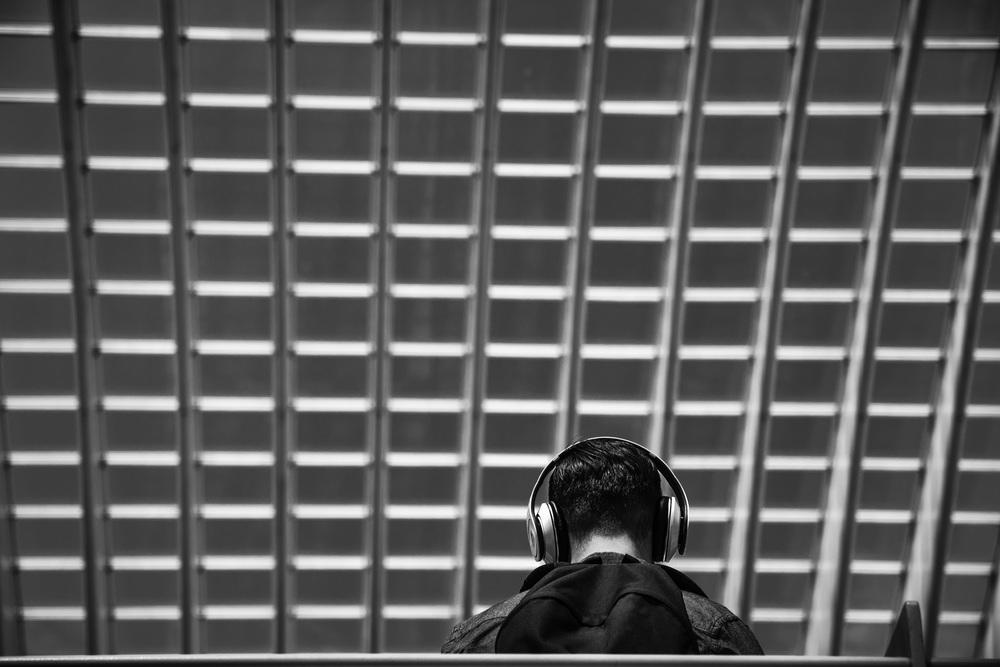 Viewfinder--straatfotografie-station-gare-guillemins-luik-mensen-marsmannetje-jongen-hoofdtelefoon