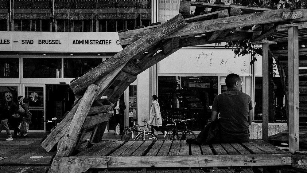 Viewfinder-straatfotografie-Brussel-eigenzinnige-fotografie-Anspachlaan-en-omgeving-man-wacht