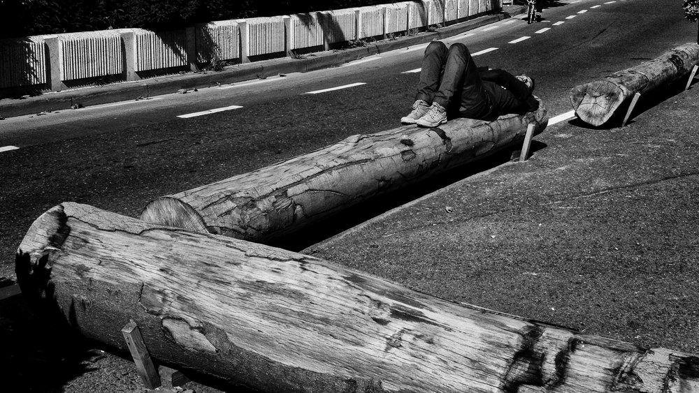 Viewfinder-straatfotografie-Brussel-eigenzinnige-fotografie-Anspachlaan-en-omgeving-man-ligt-te-zonnen-hartje-Brussel