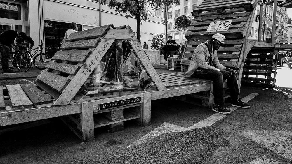 Viewfinder-straatfotografie-Brussel-eigenzinnige-fotografie-Anspachlaan-en-omgeving-man-wacht-smartphone-boeken