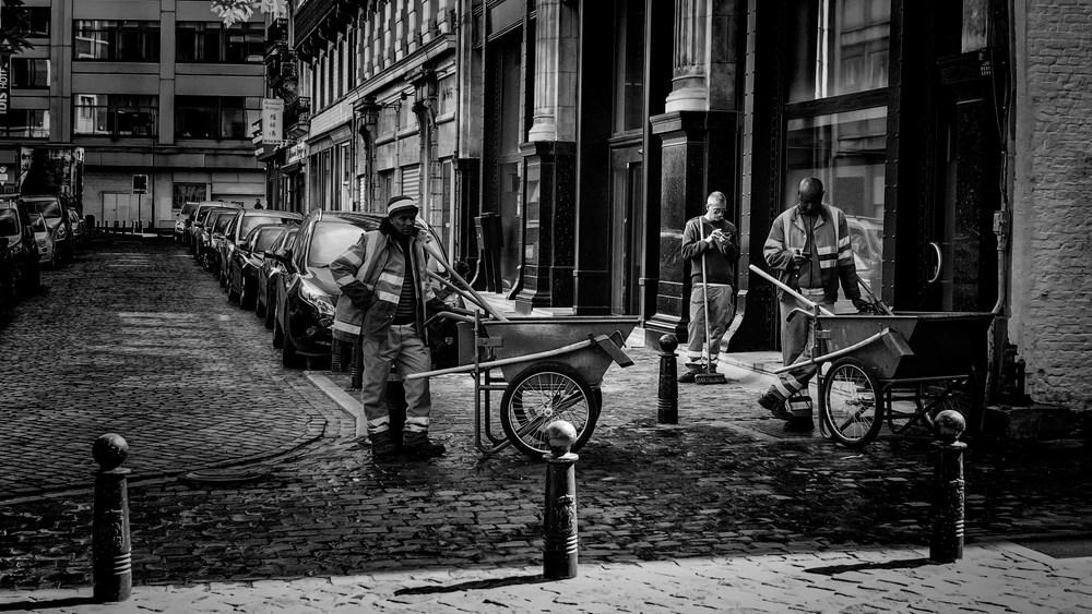Viewfinder-straatfotografie-Brussel-eigenzinnige-fotografie-Anspachlaan-en-omgeving-Brusselse-straatwerkers-pauzeren