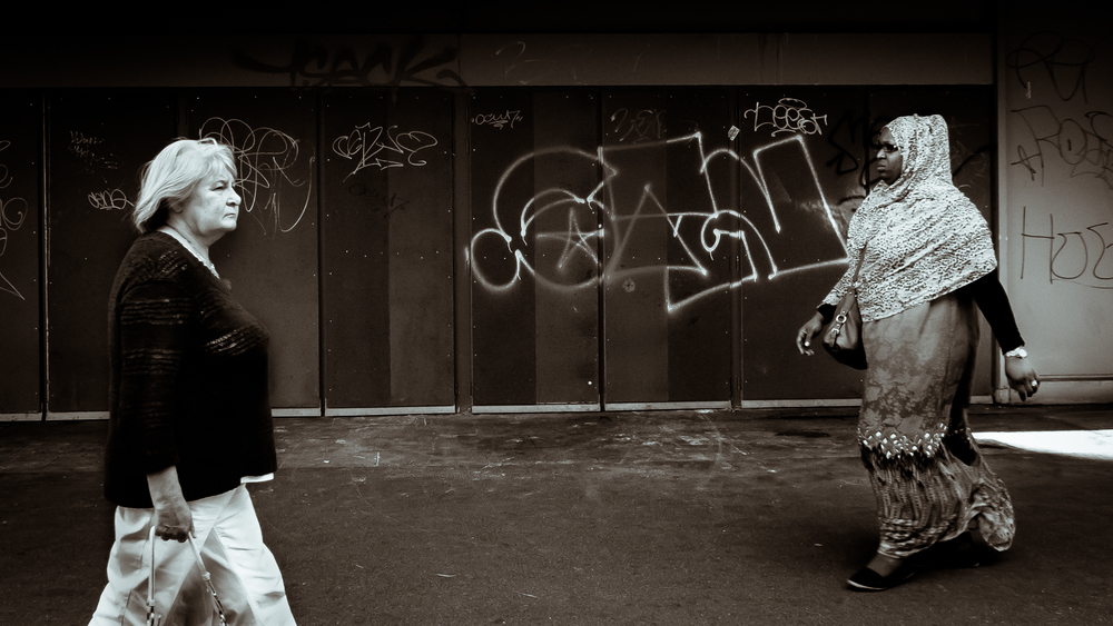 Viewfinder-straatfotografie-Brussel-eigenzinnige-fotografie-Anspachlaan-en-omgeving-allochtone-vrouw-kruist-brusselse-vrouw