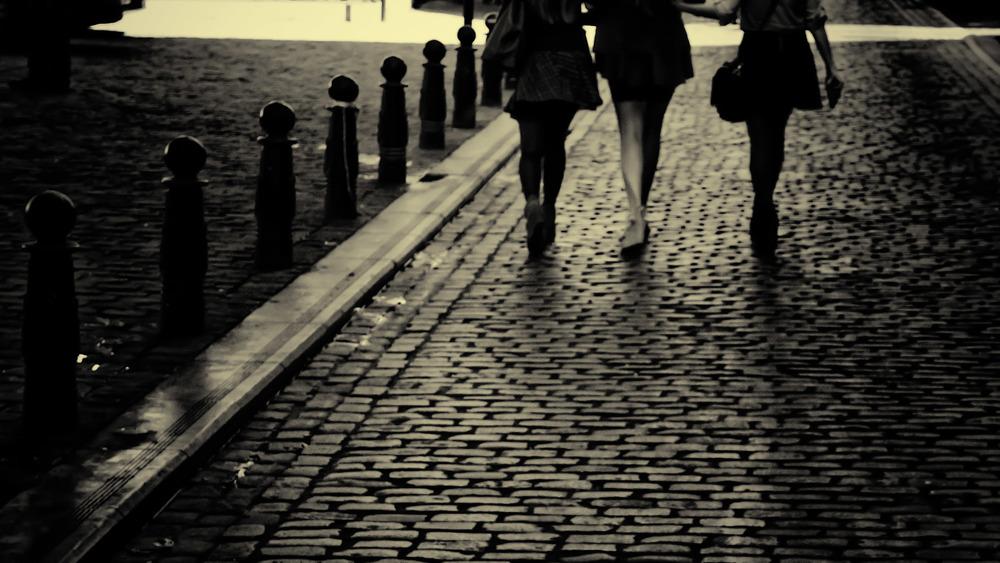 Viewfinder-straatfotografie-Brussel-eigenzinnige-fotografie-Anspachlaan-en-omgeving-uitsmijter-mooie-benen-van-drie-jonge-vrouwen