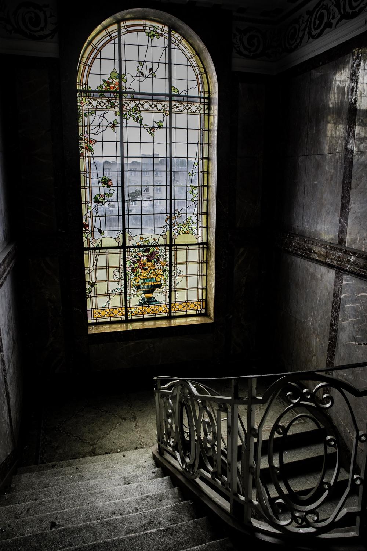 viewfinder-eigenzinnigie-fotografie-urbex-vergane-glorie-oude-papierfabriek-majestueuze-trappenhal-grandeur