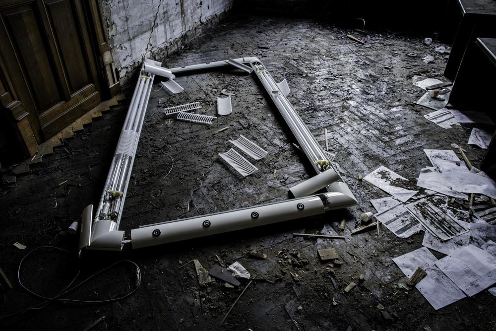 viewfinder-eigenzinnigie-fotografie-urbex-vergane-glorie-oude-papierfabriek-gevallen-verlichting-als-symbool-sluiting