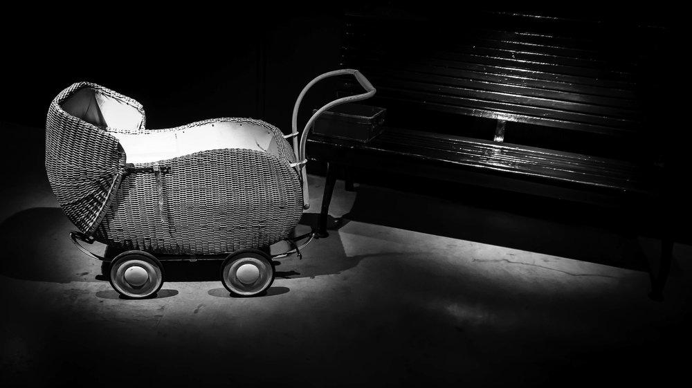 viewfinder-film-noire-fotografie-train-world-schaarbeek-baby-rieten-wagen-station-untouchables